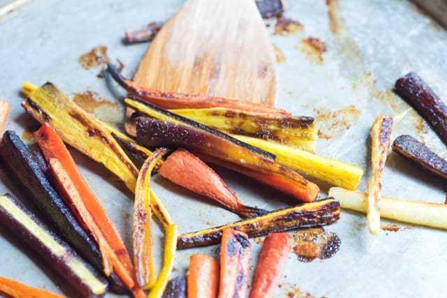 Las zanahorias se tuestan hasta que estén doradas y tiernas, en un horno de 400 grados, que demora solo unos 20 minutos.