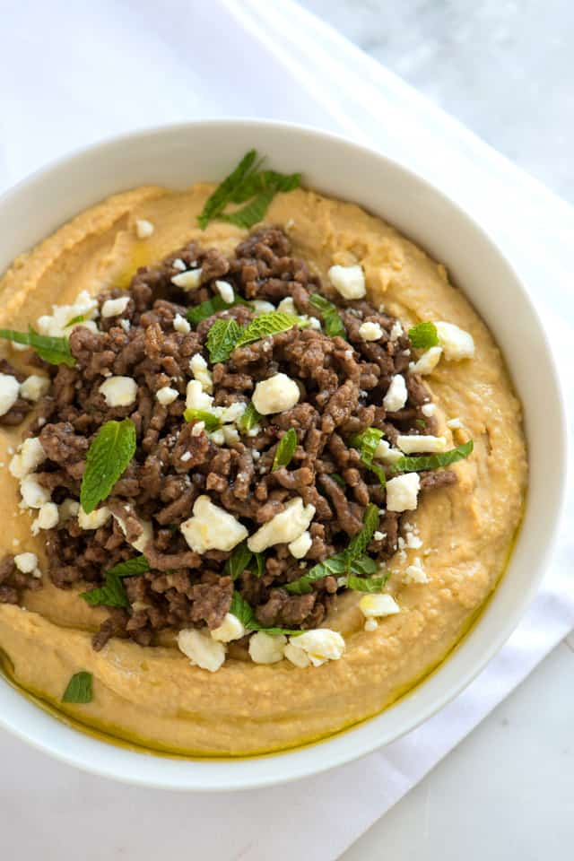 Hummus con carne molida especiada