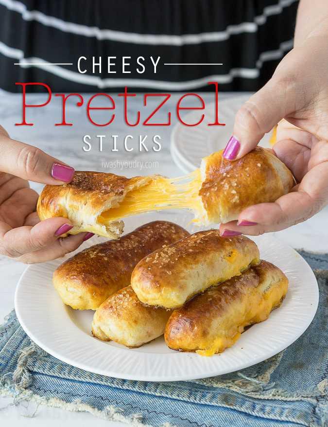 """Estos palitos de pretzel con queso son pretzels suaves rellenos de queso y solo 5 ingredientes simples. ¡Listo en menos de 20 minutos! """"Width ="""" 675 """"height ="""" 878 """"srcset ="""" https://iwashyoudry.com/wp-content/uploads/2016/11/Cheesy-Pretzel-Sticks-3-copy.jpg 675w, https://iwashyoudry.com/wp-content/uploads/2016/11/Cheesy-Pretzel-Sticks-3-copy-600x780.jpg 600w """"tamaños ="""" (ancho máximo: 675px) 100vw, 675px"""