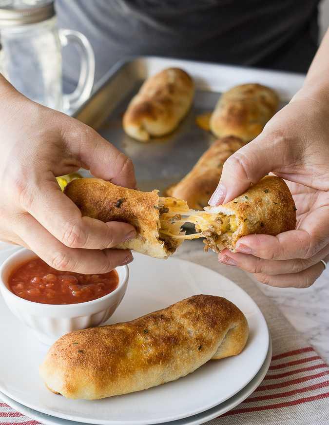 """¡Estos palitos de taco con queso súper simples son palitos de pan mantecosos rellenos de carne de taco y mucho queso! ¡Perfecto para comer o ver el gran juego! """"Width ="""" 675 """"height ="""" 872 """"srcset ="""" https://iwashyoudry.com/wp-content/uploads/2016/08/Taco-Cheese-Sticks-4.jpg 675w, https://iwashyoudry.com/wp-content/uploads/2016/08/Taco-Cheese-Sticks-4-600x775.jpg 600w """"tamaños ="""" (ancho máximo: 675px) 100vw, 675px"""