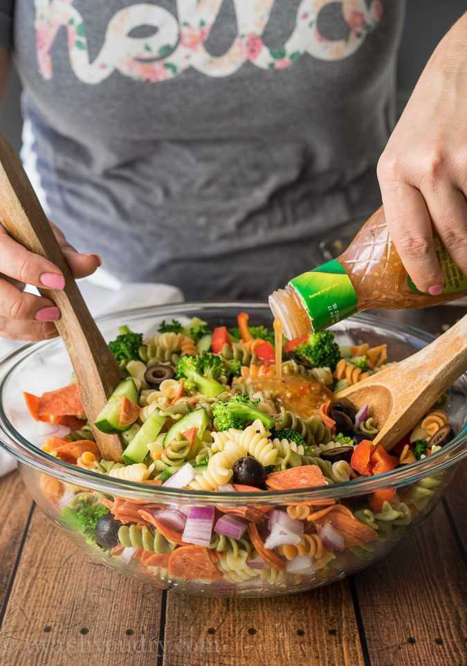 """Esta clásica ensalada de pasta italiana es muy fácil de hacer, pero SIEMPRE es una de las favoritas cada vez que la llevo a las fiestas. ¡Todos siempre piden la receta y nunca quedan sobras! """"Width ="""" 675 """"height ="""" 962 """"srcset ="""" https://iwashyoudry.com/wp-content/uploads/2016/02/Italian-Pasta-Salad -4.jpg 675w, https://iwashyoudry.com/wp-content/uploads/2016/02/Italian-Pasta-Salad-4-600x855.jpg 600w, https://iwashyoudry.com/wp-content/uploads /2016/02/Italian-Pasta-Salad-4-17x24.jpg 17w, https://iwashyoudry.com/wp-content/uploads/2016/02/Italian-Pasta-Salad-4-25x36.jpg 25w, https : //iwashyoudry.com/wp-content/uploads/2016/02/Italian-Pasta-Salad-4-34x48.jpg 34w """"tamaños ="""" (ancho máximo: 675px) 100vw, 675px"""