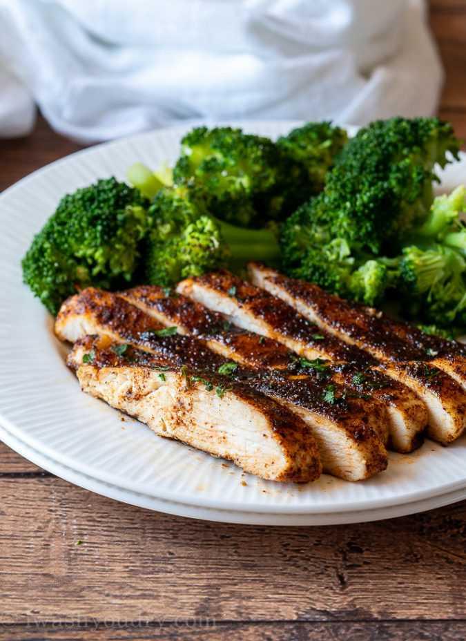 Peito de frango assado e suculento é um jantar fácil durante a semana!