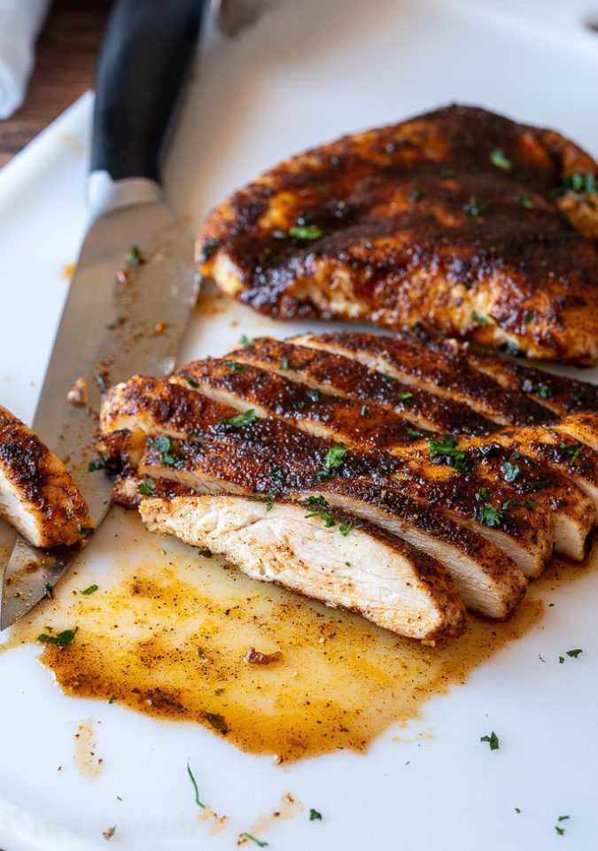 Deixe o peito de frango descansar por pelo menos 5 minutos sob a folha antes de cortar.