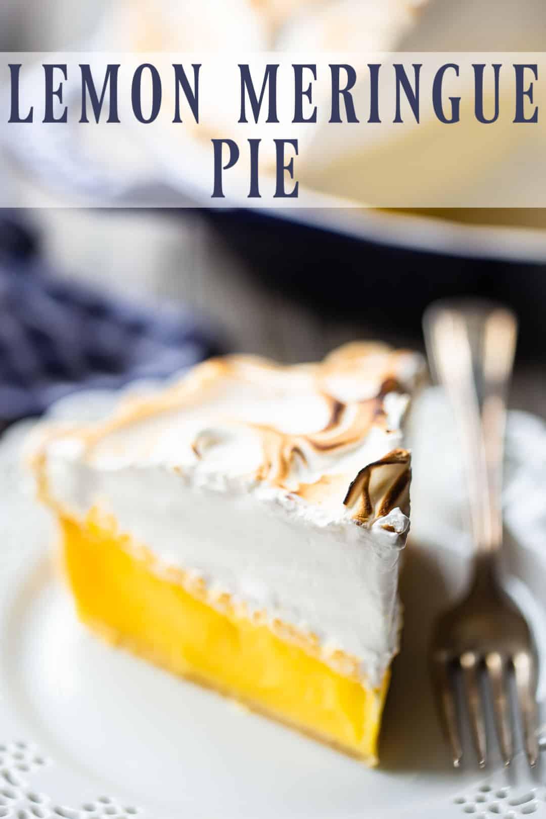 """Receta de pastel de merengue de limón, preparada, en rodajas y servida en un plato con una superposición de texto arriba que dice """"Pastel de merengue de limón""""."""