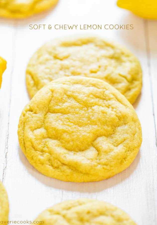 Galletas de limón blandas y masticables: contienen un potente ponche de limón, son suaves y densas en lugar de cakey, ¡y son lo suficientemente gruesas como para hundir los dientes!