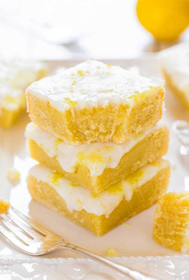 Lemon Lemonies: como los brownies, ¡pero hechos con limón y chocolate blanco! Denso, masticable, no cakey y lleno de sabor a limón grande y audaz.