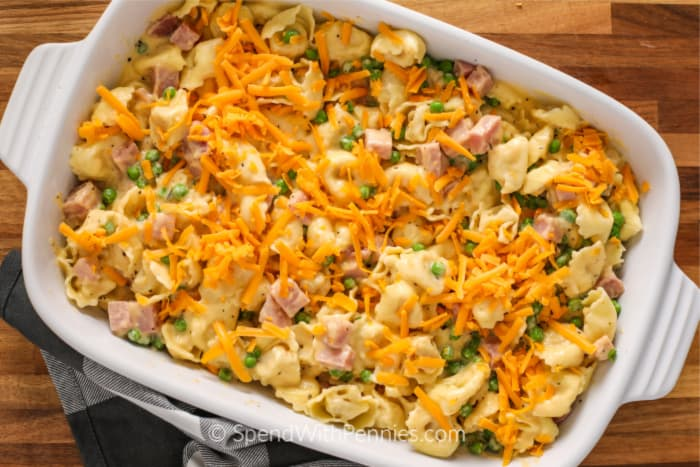Una cacerola llena de cremosos tortellini horneados.