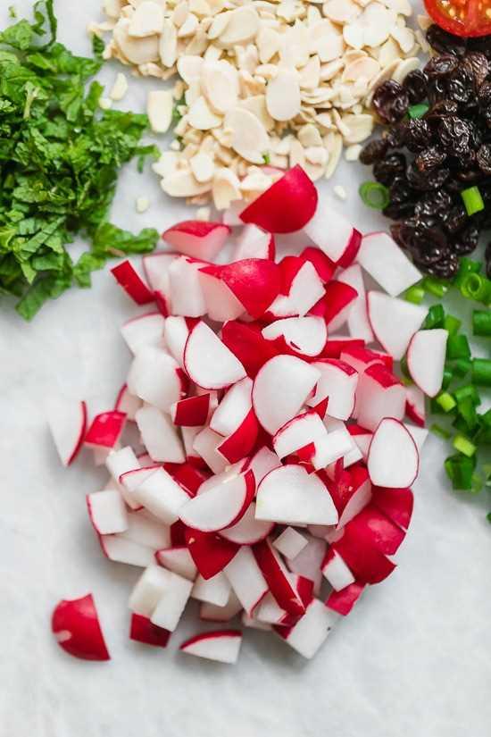 Este cuscús FÁCIL y fresco es tan fácil y sabroso, y combina con casi todo. Puede servirlo con pescado, pollo, carne de res, cordero o cerdo, o puede servirlo como un plato principal sin carne y ligero.