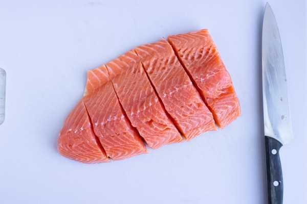 Una libra de salmón cortado en filetes.