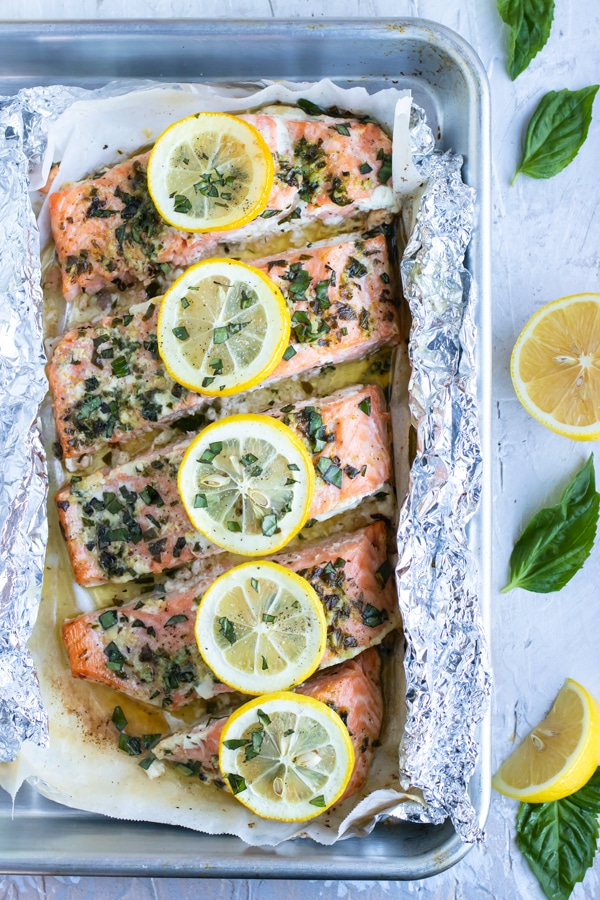 Una receta fácil de cena de mariscos en paquete de aluminio con albahaca fresca y jugo de limón.