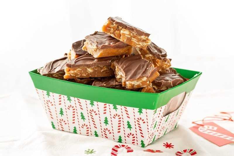 Una canasta de caramelo casero de almendras y caramelo de roca