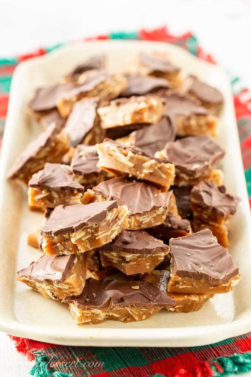 Una bandeja festiva con trozos de dulces caseros Almond Roca