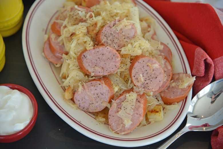 Cerca de kielbasa y chucrut en un plato para servir