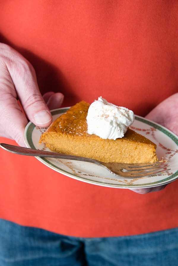 rebanada de pastel de calabaza sin corteza en un plato