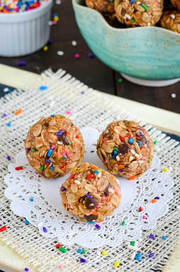 Bocaditos de granola de mantequilla de maní flaca: estas picaduras de granola fáciles de hornear están llenas de proteínas. ¡Gran receta para darle un poco de energía dulce para pasar el día! #granolabites #energybites #granolaballs #healthy #nobake #peanutbutter
