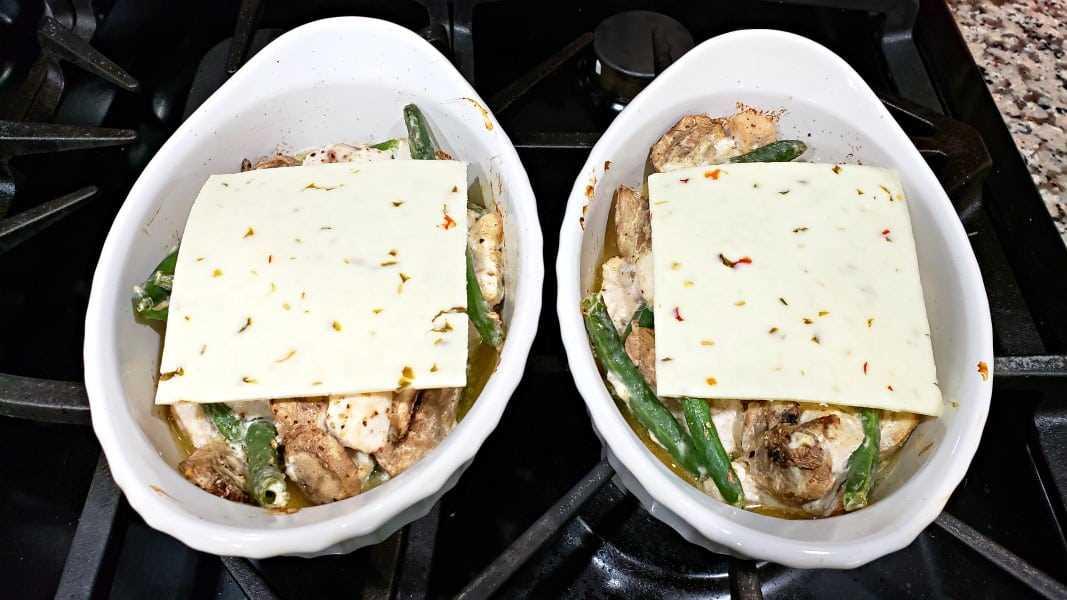 """mezcla de pollo con rodajas de queso pepper jack en dos platos para hornear """"class ="""" wp-image-10156 """"srcset ="""" https://cdn1.zonacooks.com/wp-content/uploads/2018/06/Pepper-Jack-Chicken -Casserole-Recipe-for-Two-7.jpg 1067w, https://cdn1.zonacooks.com/wp-content/uploads/2018/06/Pepper-Jack-Chicken-Casserole-Recipe-for-Two-7- 500x281.jpg 500w """"tamaños ="""" (ancho máximo: 1067px) 100vw, 1067px"""
