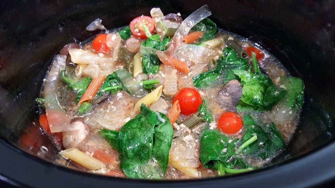 Ingredientes de pollo toscano en una olla de cocción lenta.