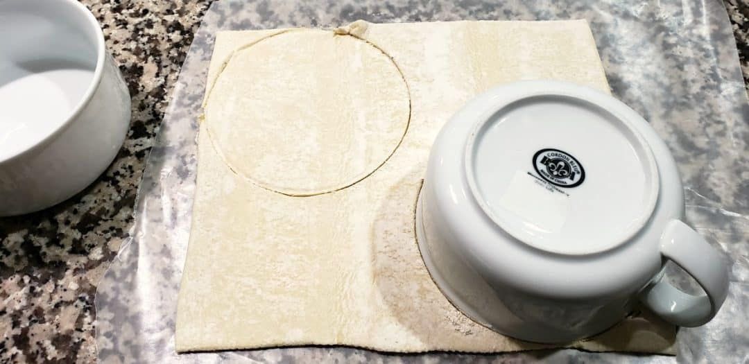 hoja de hojaldre con tazón en la parte superior, círculos trazados para cortar