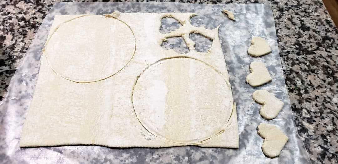 hojaldre con 2 círculos cortados y 4 formas de corazón recortadas