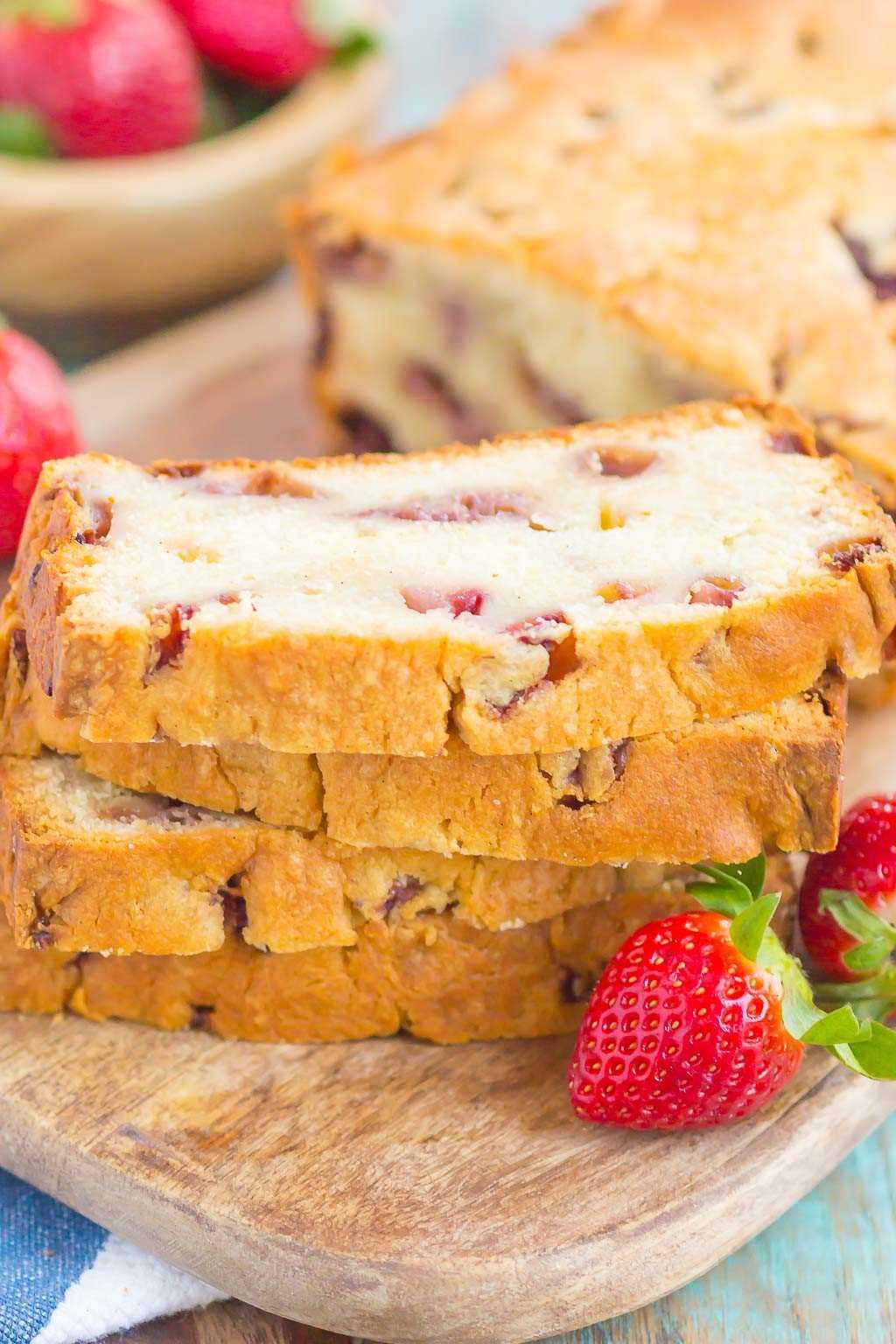 Strawberry Pound Cake es una receta simple de un tazón que rebosa de sabor. Las fresas frescas se rocían a lo largo de este bizcocho suave y denso, lo que resulta en el sabor más delicioso. ¡Perfecto para servir junto con su café de la mañana o como un sabroso postre! #poundcake #strawberrypoundcake