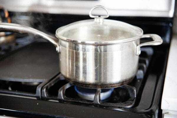 Vista lateral de la olla que muestra cómo cocinar arroz blanco.
