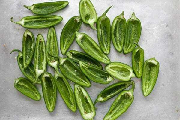 Los jalapeños rellenos raspan las semillas