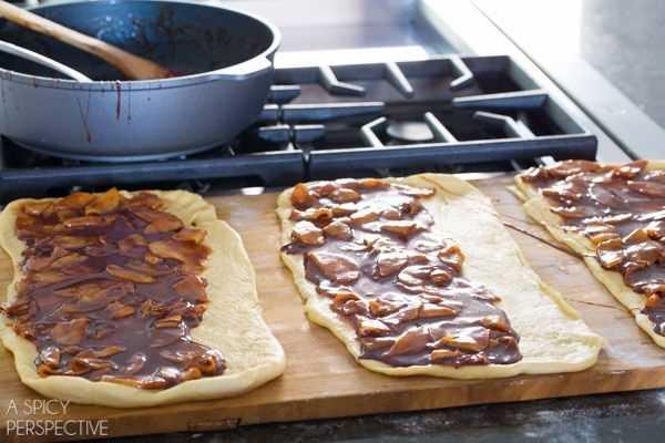 Hacer estos mini rollos de canela y manzana con caramelo #caramelapple #cinnamonrolls #holiday #breakfast
