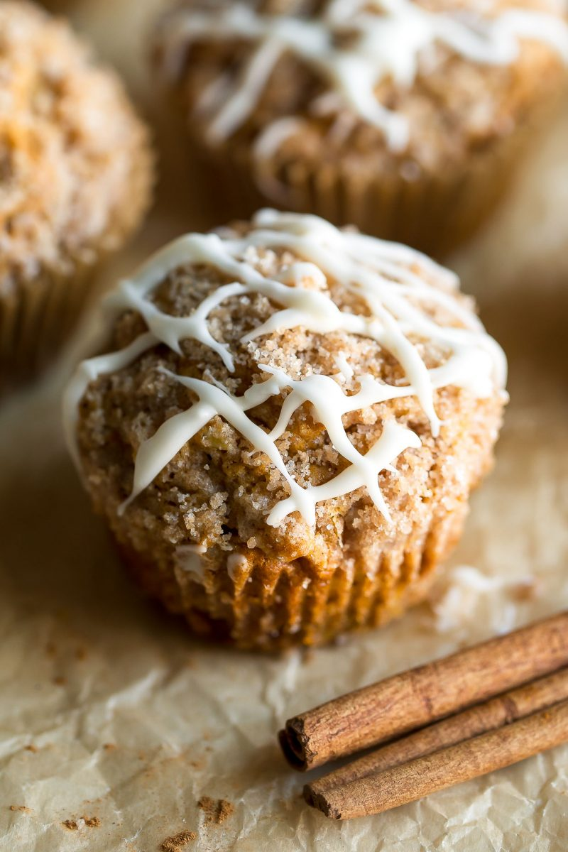 Muffins de calabaza y manzana con canela de azúcar Streusel y glaseado de vainilla