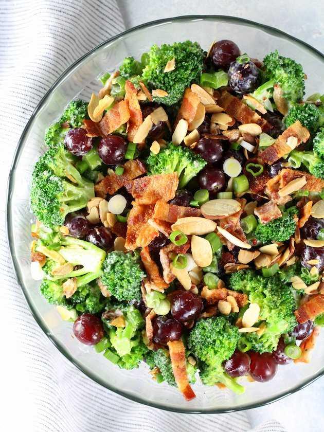 Ensalada de brócoli con uvas y tocino