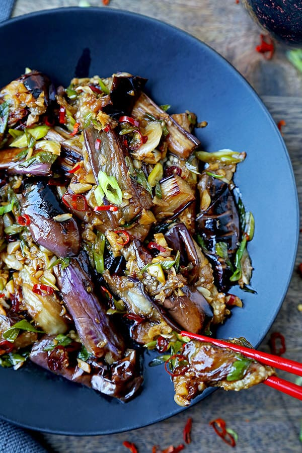 Berenjena china con salsa de ajo: este es un plato rápido y fácil que es dulce, picante con un poco de calor. Las piezas de berenjena son tan tiernas que casi se derriten en la boca. Listo en 15 minutos de principio a fin. Receta china de salteado, receta vegana asiática, receta de berenjena vegana, receta de vegetales salteados, recetas de cena china | pickledplum.com