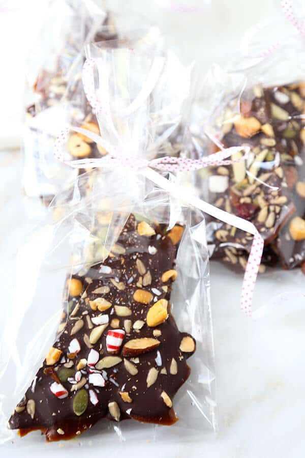 Super Nutty Chocolate Peppermint Bark: una capa de travieso y dos capas de agradable hacen de este Super Nutty Chocolate Bark el dulce perfecto, inspirado en las fiestas. ¡También es un gran regalo casero! Receta, Acción de Gracias, Navidad, toffee, postre, merienda, chocolate | pickledplum.com