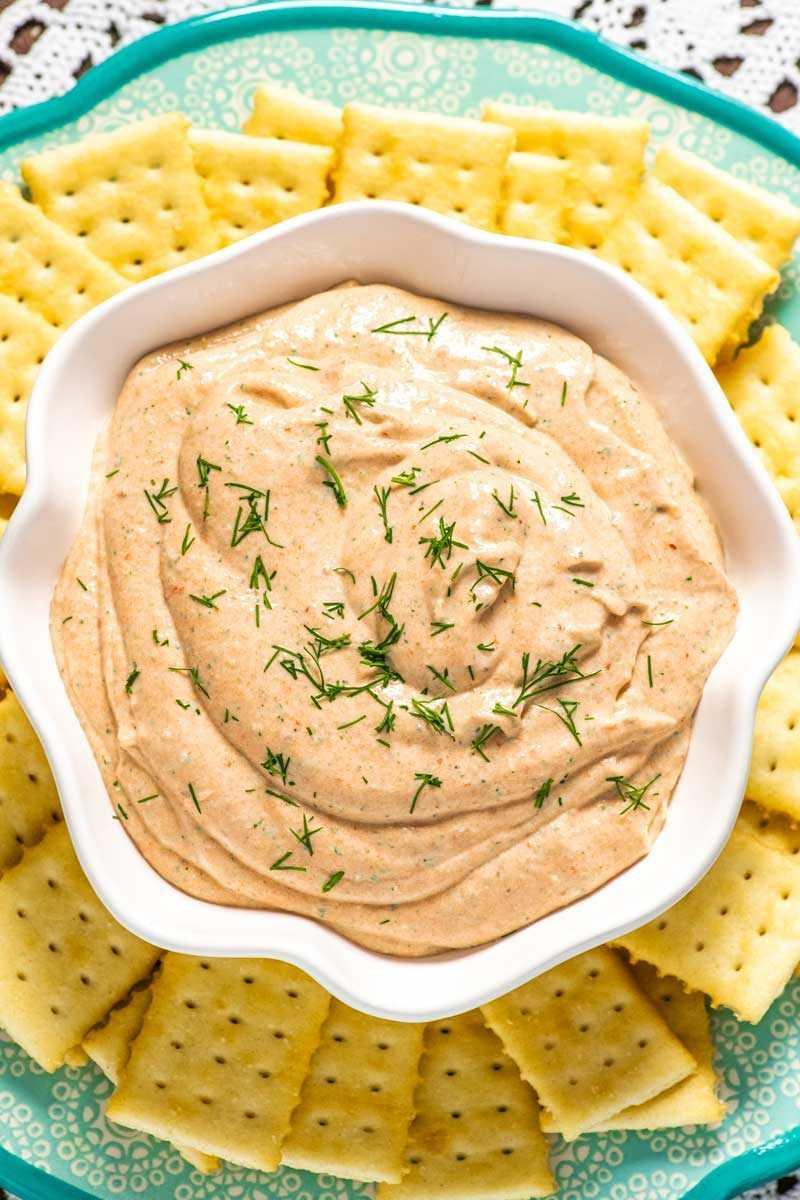 """Una receta fácil de salsa de salmón ahumado para usar como untar para untar para galletas. """"Width ="""" 800 """"height ="""" 1200 """"data-pin-description ="""" ¡Salsa de salmón ahumado! La salsa de salmón ahumado suave y cremosa tiene todo el sabor del salmón ahumado con toques de limón, eneldo y alcaparras. Ideal para untar en bagels o sumergir con galletas saladas. El   HomemadeHooplah.com """"srcset ="""" https://homemadehooplah.com/wp-content/uploads/2019/01/smoked-salmon-dip-3.jpg 800w, https://homemadehooplah.com/wp-content/uploads/ 2019/01 / smoked-salmon-dip-3-400x600.jpg 400w, https://homemadehooplah.com/wp-content/uploads/2019/01/smoked-salmon-dip-3-768x1152.jpg 768w """"tamaños = """"(ancho máximo: 800px) 100vw, 800px"""