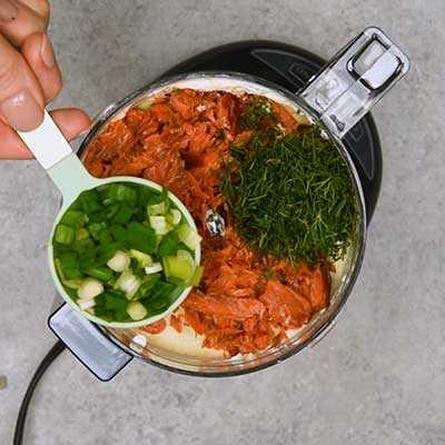 """Salmón ahumado Dip Paso 2 - Agregue cebolla verde. """"Ancho ="""" 400 """"height ="""" 400 """"data-pin-description ="""" ¡Salmón ahumado Dip! La salsa de salmón ahumado suave y cremosa tiene todo el sabor del salmón ahumado con toques de limón, eneldo y alcaparras. Ideal para untar en bagels o sumergir con galletas saladas. El   HomemadeHooplah.com """"data-pin-nopin ="""" true """"srcset ="""" https://juegoscocinarpasteleria.org/wp-content/uploads/2020/02/1583005745_113_Salmon-Ahumado.jpg 400w, https: / /homemadehooplah.com/wp-content/uploads/2019/01/Smoked-Salmon-Dip-Step-2c-75x75.jpg 75w, https://homemadehooplah.com/wp-content/uploads/2019/01/Smoked- Salmon-Dip-Step-2c-155x155.jpg 155w, https://homemadehooplah.com/wp-content/uploads/2019/01/Smoked-Salmon-Dip-Step-2c-168x168.jpg 168w, https: // homemadehooplah.com/wp-content/uploads/2019/01/Smoked-Salmon-Dip-Step-2c-300x300.jpg 300w """"tamaños ="""" (ancho máximo: 400px) 100vw, 400px"""