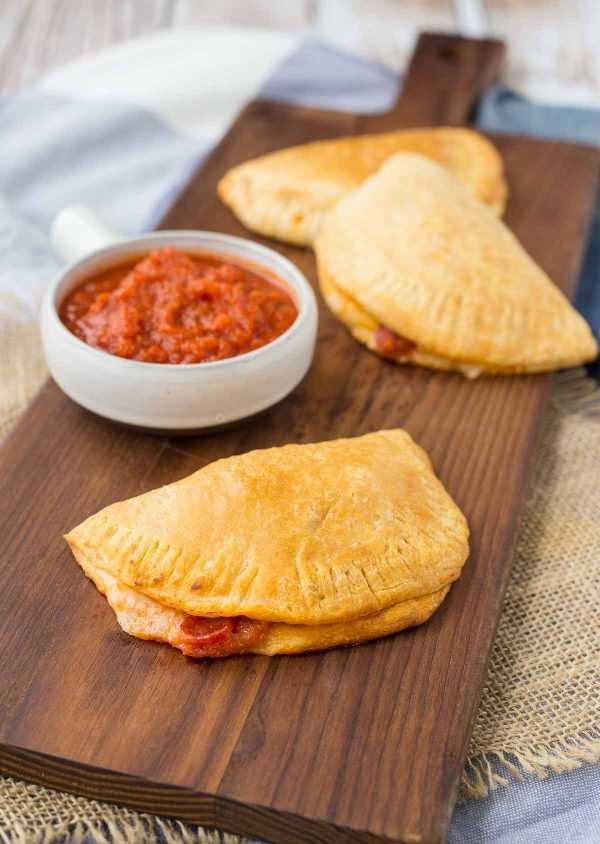 Los bolsillos calientes caseros son una alternativa divertida a la noche de pizza y también son una sorpresa divertida en las loncheras. ¡Involucre a los niños a hacer esta receta fácil también! ¡Obtén la receta fácil en RachelCooks.com!