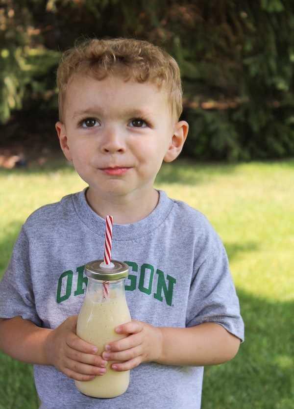Este batido de plátano y miel de durazno es un refrigerio o desayuno perfecto para niños y adultos. ¡Un ingrediente secreto da un impulso extra de proteína! Obtenga la receta fácil en RachelCooks.com