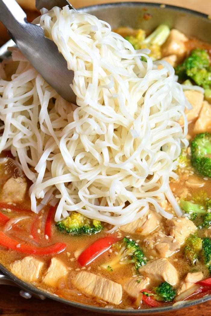 Receta de pollo al sésamo. Esta es una cena ligera y fácil entre semana, hecha con pollo, verduras y fideos de arroz, todo cocinado en una deliciosa salsa de sésamo. # pollo # sésamo #noodles #sesamechicken #easydinner #weeknightdinner