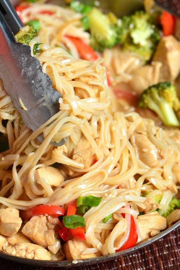 Sesame Chicken Noodles es una cena ligera y fácil entre semana hecha con pollo, verduras y fideos de arroz, todo cocinado en una deliciosa salsa de sésamo. # pollo # sésamo #noodles #sesamechicken #easydinner #weeknightdinner