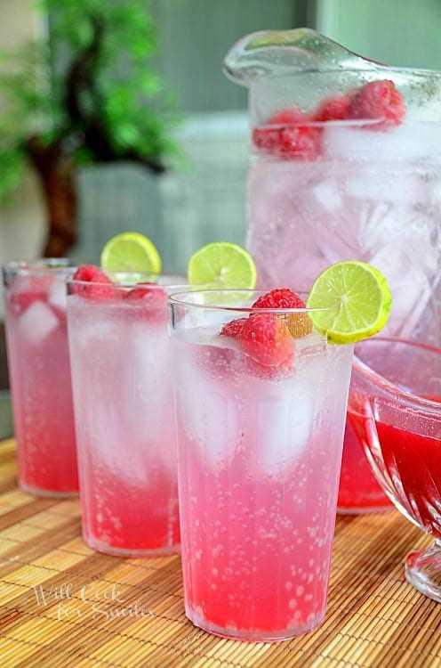 Este refrescante refresco italiano Raspberry Key Lime es casero y muy fácil. Hecho con jarabe fresco de frambuesa y lima y agua de soda, esta es la bebida favorita para servir con la diversión del verano al aire libre. #drink # verano #italiansoda #homemade # frambuesa #keylime