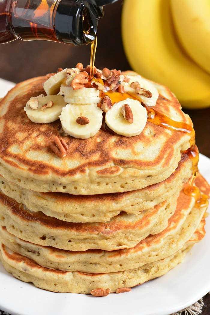 Panqueques caseros. Panqueques suaves y esponjosos hechos con puré de plátanos, canela y nueces. Receta perfecta para usar plátanos demasiado maduros. # desayuno # panqueques #banana