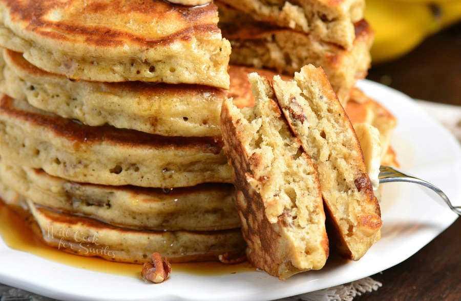 Panqueques de Banana. Panqueques suaves y esponjosos hechos con puré de plátanos, canela y nueces. Receta perfecta para usar plátanos demasiado maduros. # desayuno # panqueques #banana