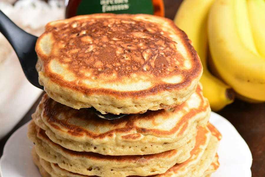 Panqueques de plátano caseros. Panqueques suaves y esponjosos hechos con puré de plátanos, canela y nueces. Receta perfecta para usar plátanos demasiado maduros. # desayuno # panqueques #banana