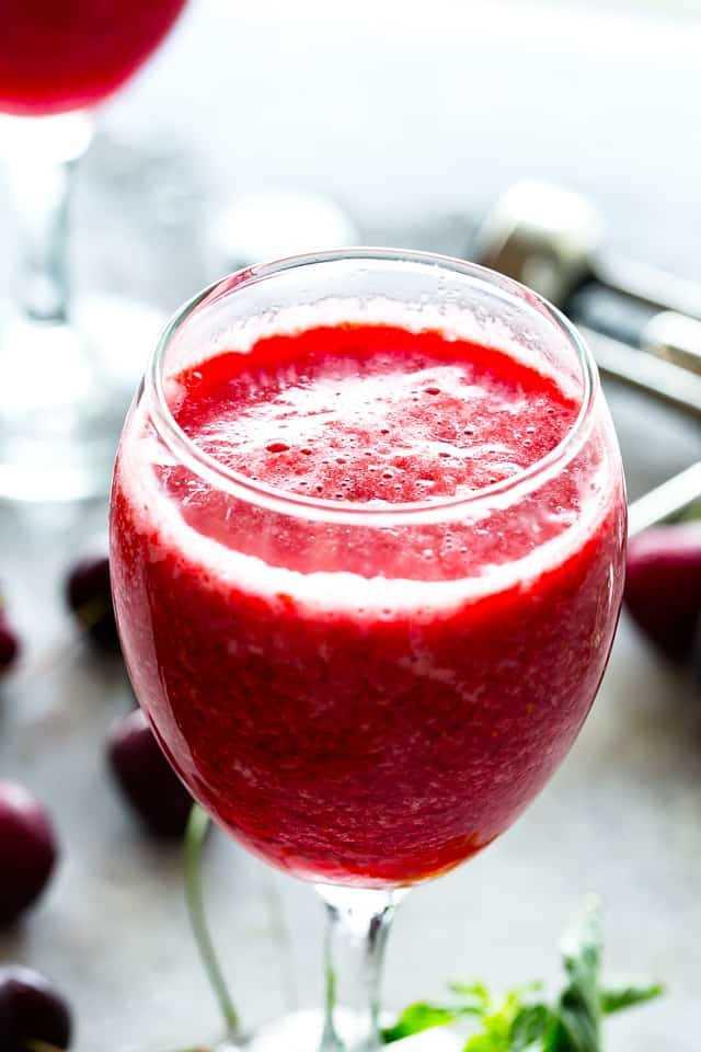 """Granizados de vino de bayas: ¡una refrescante combinación de bayas congeladas y vino da como resultado la bebida fresca más caliente del verano! """"Width ="""" 640 """"height ="""" 960"""