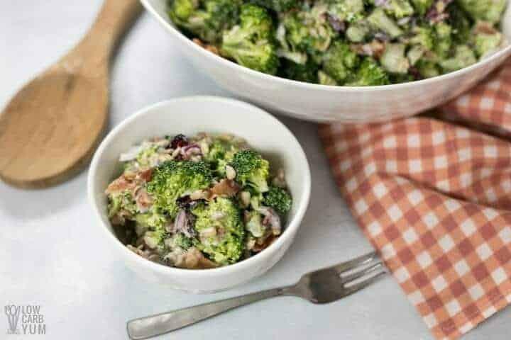 Ensalada de brócoli dulce bajo en carbohidratos keto suprema