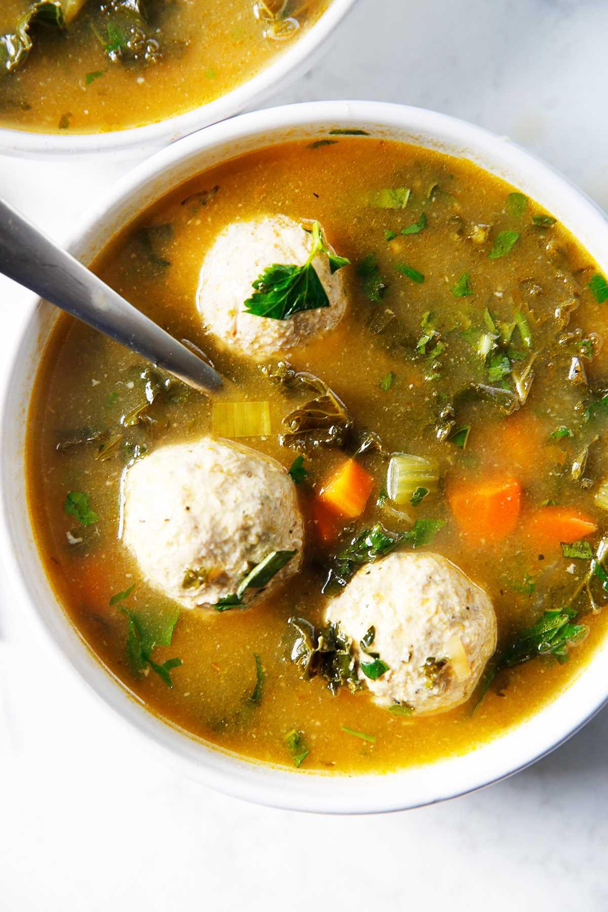Un plato de sopa de boda italiana con albóndigas de pavo molidas.