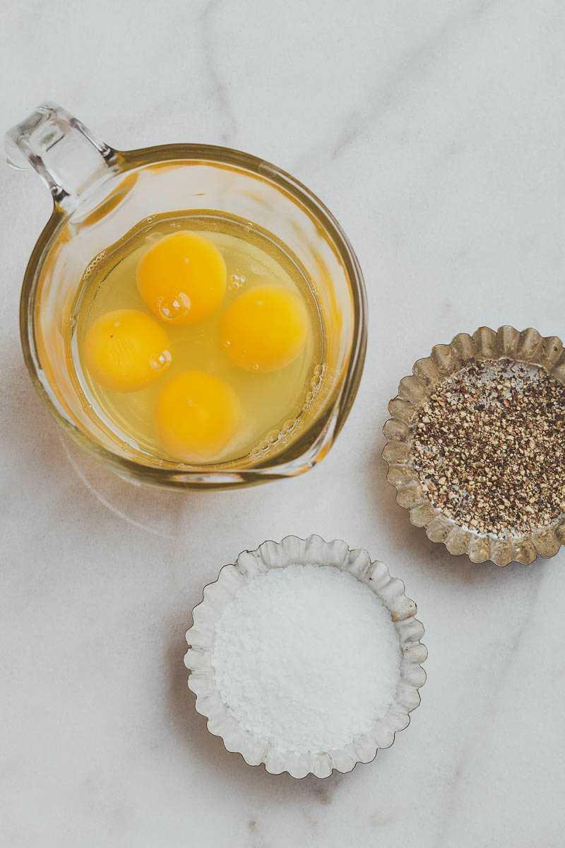 Muffins de huevo con ceto / bajo en carbohidratos para el desayuno: bajos en carbohidratos y altos en proteínas, estas simples tazas de huevos son el desayuno perfecto y fácil de preparar para llevar.