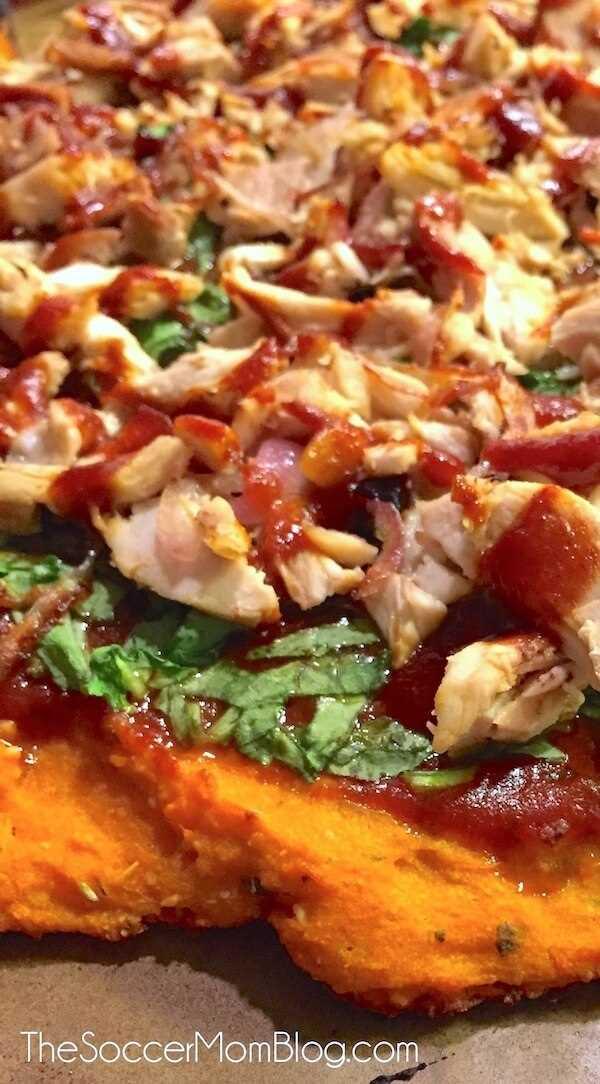 He comido en MUCHO tiempo, ¡sano o no! (¡Pero es saludable!) La pizza de pollo a la barbacoa con corteza de camote no contiene gluten, no contiene lácteos y está repleta de proteínas y verduras.