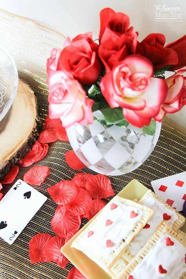 Cerca de una tarta de pop casero con decoraciones de corazón