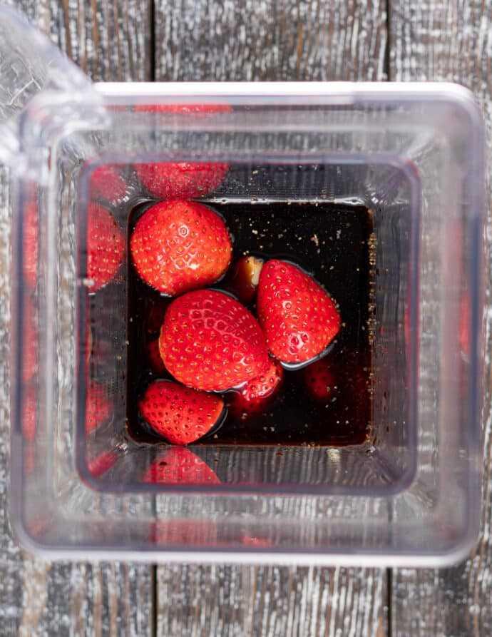 ingredientes para vinagreta de fresa sin aceite en una licuadora