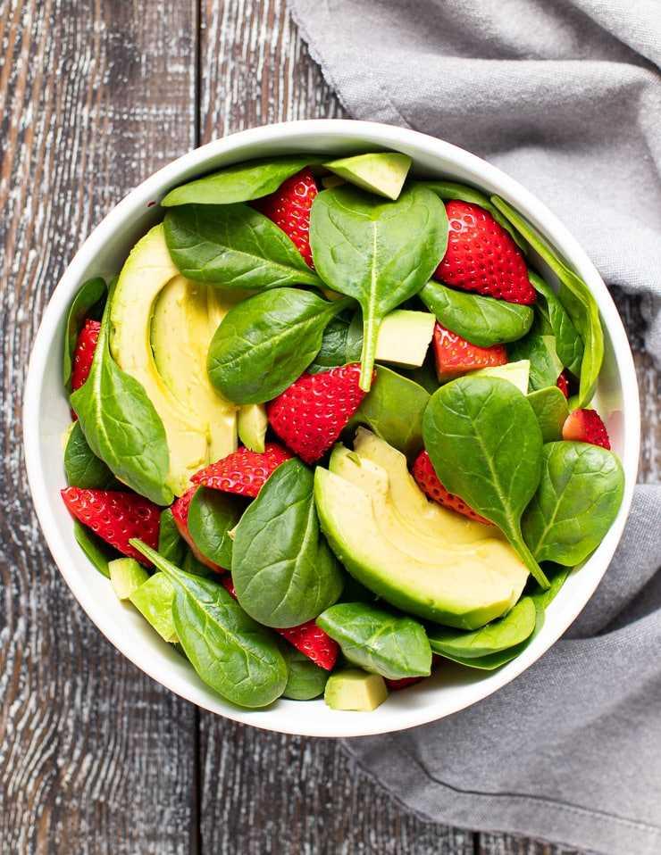 espinacas, fresas y aguacate en un tazón