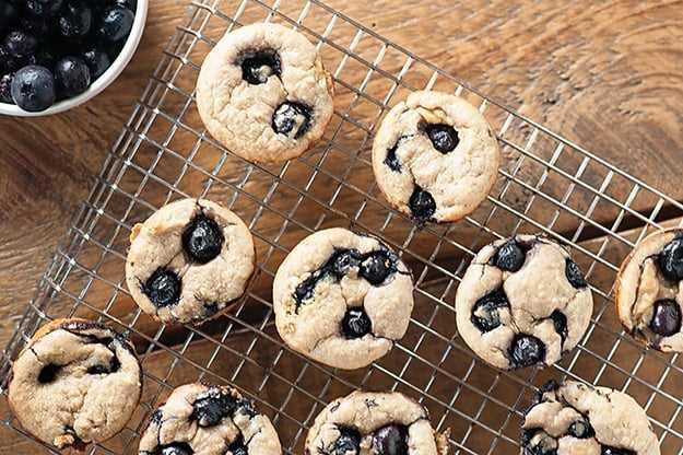 ¡Estos muffins de plátano y almendras con arándanos son ricos, dulces y súper saludables! ¡Hacen un desayuno perfecto sin culpa!